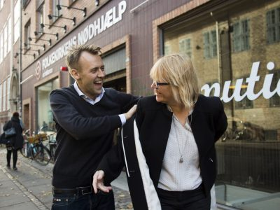 Nikolaj Stagis hjælper Birgitte Qvist-Sørensen fra Folkekirkens Nødhjælp